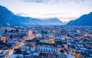 Luftnahme von Interlaken mit Stadtlichtern in der winterlichen Abenddämmerung