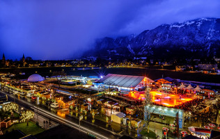 Beleuchtetes ICE MAGIC Gelände mit Weihnachtsmarkt